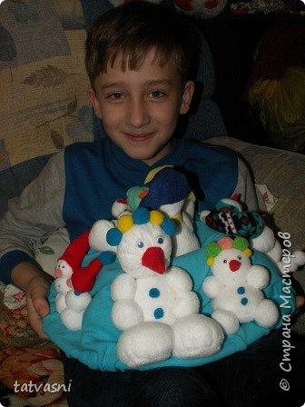 Вот такие снеговики получились на конкурс у Саши. Я помогала аккуратно склеить детали. Делали вместе.  фото 2
