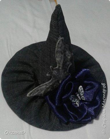 Шляпка для ведьмочки на Хеллоуин:  1.Из Картона делаем конус(какой хотим) и круг (8 см в диаметре). 2. Обшиваем тканью . 3. Клеевым пистолетом соединяем детали. 4. Украсила цветочком из атласной ленты , Летучей мышой из фетра и бабочкой фото 1