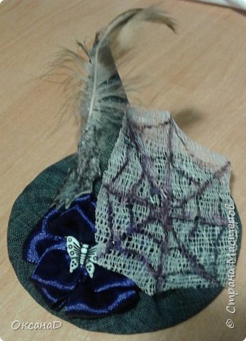 Шляпка для ведьмочки на Хеллоуин:  1.Из Картона делаем конус(какой хотим) и круг (8 см в диаметре). 2. Обшиваем тканью . 3. Клеевым пистолетом соединяем детали. 4. Украсила цветочком из атласной ленты , Летучей мышой из фетра и бабочкой фото 2