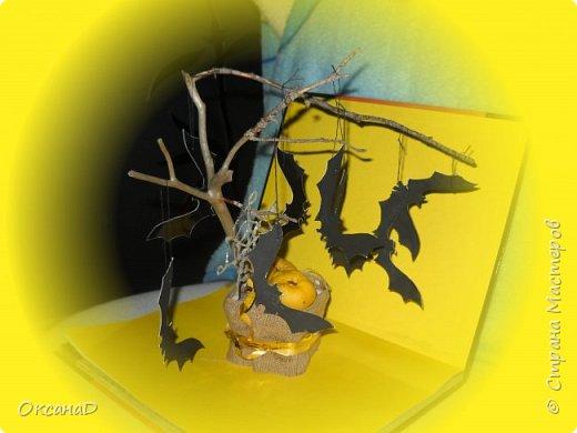 """1 В лесу нашли кривую веточку. От детского творожка взяли пустую баночку. Залили алебастром баночку вставили веточку.  2. Когда высох алебастр. Залили клеем """"Дракон"""" и засыпали семенами. 3. Из картона вырезали летучих мышей. Сын покрасил их в черный цвет и развесил на ниточке на дереве 4. Паутинка сделана клеевым пистолетом.  Тыковки это плоды айвы фото 1"""
