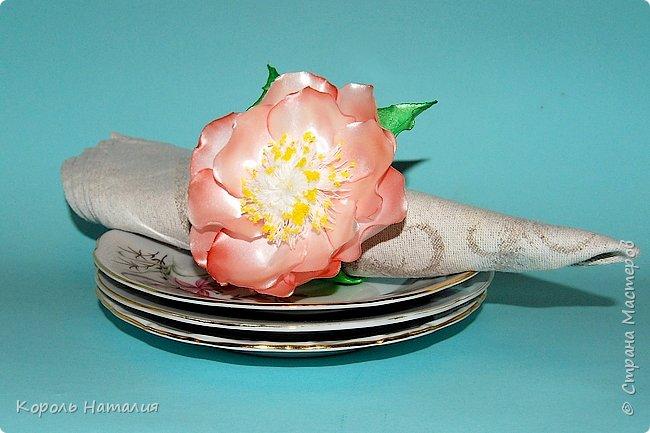 Добрый день! Начался сезон подготовки к новому году... Первая работа - интерьерный веночек из природных материалов: шишки, желуди, 4 вида орехов, кора дерева. А также вспомогательные материалы - фом, бусины. Диаметр - 45 см, основа - гофрокартон. фото 7