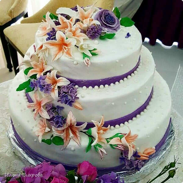 Торт класический бисквит (свадьба была в июле было очень жарко) сверху покрыт мастикой. Цветы из сахарной мастики лепила зарание чтобы высохли. фото 1