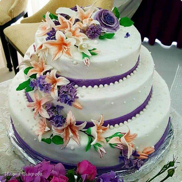 Торт класический бисквит (свадьба была в июле было очень жарко) сверху покрыт мастикой. Цветы из сахарной мастики лепила зарание чтобы высохли. фото 2
