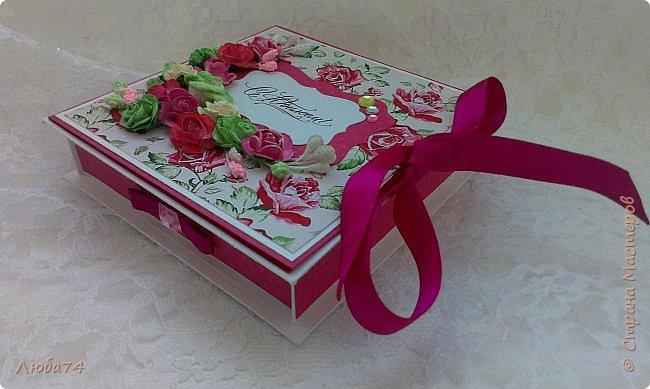 """Всем добрый день! Сегодня у меня заказная  коробочка для денежного подарка  к Юбилею. Размер коробочки 11 х 11 см, ящичек 10 х 10 см, высота 2,5 см. Коробочка декорирована большим количеством цветов ручной работы. На коробочке есть открытка с бантиком и место для поздравления. Основа коробочки бумага для черчения пл. 200 гр., кардсток бордово-розовый с тиснением """"точки"""" пл. 160 гр., фон с розами распечатан на фотобумаге пл. 180 гр., украшена коробочка тычинками и стразами, вырубкой. фото 10"""