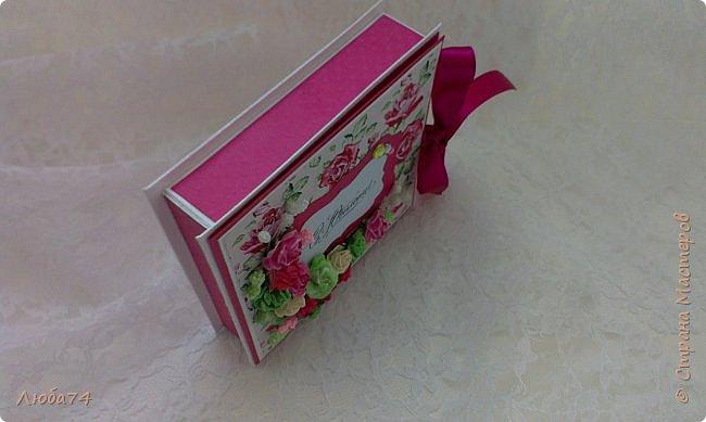 """Всем добрый день! Сегодня у меня заказная  коробочка для денежного подарка  к Юбилею. Размер коробочки 11 х 11 см, ящичек 10 х 10 см, высота 2,5 см. Коробочка декорирована большим количеством цветов ручной работы. На коробочке есть открытка с бантиком и место для поздравления. Основа коробочки бумага для черчения пл. 200 гр., кардсток бордово-розовый с тиснением """"точки"""" пл. 160 гр., фон с розами распечатан на фотобумаге пл. 180 гр., украшена коробочка тычинками и стразами, вырубкой. фото 11"""