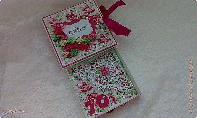 """Всем добрый день! Сегодня у меня заказная  коробочка для денежного подарка  к Юбилею. Размер коробочки 11 х 11 см, ящичек 10 х 10 см, высота 2,5 см. Коробочка декорирована большим количеством цветов ручной работы. На коробочке есть открытка с бантиком и место для поздравления. Основа коробочки бумага для черчения пл. 200 гр., кардсток бордово-розовый с тиснением """"точки"""" пл. 160 гр., фон с розами распечатан на фотобумаге пл. 180 гр., украшена коробочка тычинками и стразами, вырубкой. фото 13"""