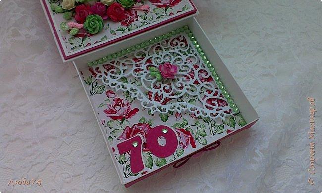 """Всем добрый день! Сегодня у меня заказная  коробочка для денежного подарка  к Юбилею. Размер коробочки 11 х 11 см, ящичек 10 х 10 см, высота 2,5 см. Коробочка декорирована большим количеством цветов ручной работы. На коробочке есть открытка с бантиком и место для поздравления. Основа коробочки бумага для черчения пл. 200 гр., кардсток бордово-розовый с тиснением """"точки"""" пл. 160 гр., фон с розами распечатан на фотобумаге пл. 180 гр., украшена коробочка тычинками и стразами, вырубкой. фото 14"""