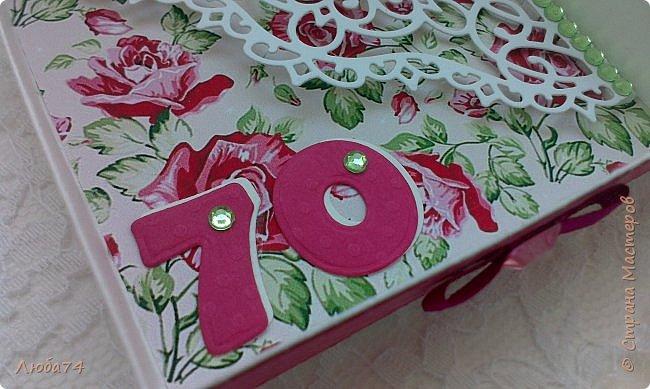 """Всем добрый день! Сегодня у меня заказная  коробочка для денежного подарка  к Юбилею. Размер коробочки 11 х 11 см, ящичек 10 х 10 см, высота 2,5 см. Коробочка декорирована большим количеством цветов ручной работы. На коробочке есть открытка с бантиком и место для поздравления. Основа коробочки бумага для черчения пл. 200 гр., кардсток бордово-розовый с тиснением """"точки"""" пл. 160 гр., фон с розами распечатан на фотобумаге пл. 180 гр., украшена коробочка тычинками и стразами, вырубкой. фото 16"""