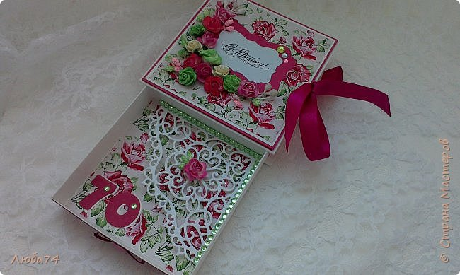 """Всем добрый день! Сегодня у меня заказная  коробочка для денежного подарка  к Юбилею. Размер коробочки 11 х 11 см, ящичек 10 х 10 см, высота 2,5 см. Коробочка декорирована большим количеством цветов ручной работы. На коробочке есть открытка с бантиком и место для поздравления. Основа коробочки бумага для черчения пл. 200 гр., кардсток бордово-розовый с тиснением """"точки"""" пл. 160 гр., фон с розами распечатан на фотобумаге пл. 180 гр., украшена коробочка тычинками и стразами, вырубкой. фото 17"""