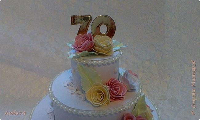 """Добрый вечер, жители Страны Мастеров! Хочу показать вам подарочную коробочку в виде тортика. Назвала его """"Юбилейный"""", делала его своей тете к семидесятилетию! Тортик сделан  по МК Астории http://astoriaflowers.blogspot.ru/2012/01/blog-post_5517.html#more Высота тортика примерно 8-9 см, диаметр нижнего яруса, размером с компьютерный диск.  фото 9"""