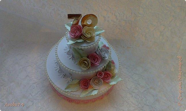 """Добрый вечер, жители Страны Мастеров! Хочу показать вам подарочную коробочку в виде тортика. Назвала его """"Юбилейный"""", делала его своей тете к семидесятилетию! Тортик сделан  по МК Астории http://astoriaflowers.blogspot.ru/2012/01/blog-post_5517.html#more Высота тортика примерно 8-9 см, диаметр нижнего яруса, размером с компьютерный диск.  фото 10"""