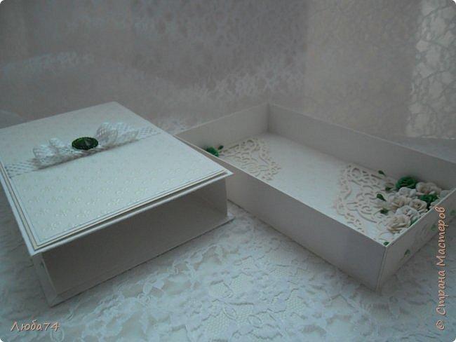 """Всем доброго вечера! У меня  очередная коробочка  свадебная """"Изумруд"""". Коробочка большая, многослойная. Выполнена из кардстока с тиснением """"Лен"""" пл. 280 гр., дизайнерской перламутровой  бумаги """"Лилия"""" с тиснением пл. 110 гр. Декорирована ажурной лентой, большой изумрудной стразой, вырубкой и большим количеством цветов ручной работы, моего производства. Размер коробочки 19,5 х 12 см, высота 3,5 см. фото 12"""