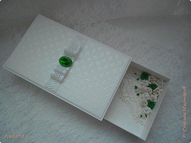 """Всем доброго вечера! У меня  очередная коробочка  свадебная """"Изумруд"""". Коробочка большая, многослойная. Выполнена из кардстока с тиснением """"Лен"""" пл. 280 гр., дизайнерской перламутровой  бумаги """"Лилия"""" с тиснением пл. 110 гр. Декорирована ажурной лентой, большой изумрудной стразой, вырубкой и большим количеством цветов ручной работы, моего производства. Размер коробочки 19,5 х 12 см, высота 3,5 см. фото 14"""