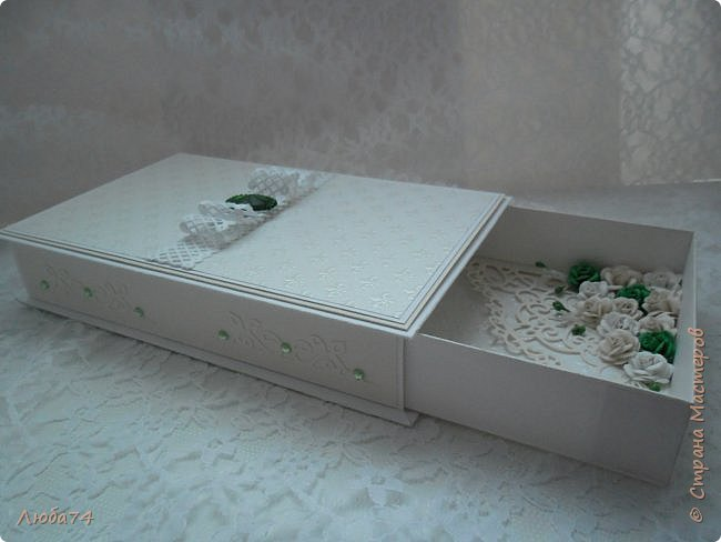 """Всем доброго вечера! У меня  очередная коробочка  свадебная """"Изумруд"""". Коробочка большая, многослойная. Выполнена из кардстока с тиснением """"Лен"""" пл. 280 гр., дизайнерской перламутровой  бумаги """"Лилия"""" с тиснением пл. 110 гр. Декорирована ажурной лентой, большой изумрудной стразой, вырубкой и большим количеством цветов ручной работы, моего производства. Размер коробочки 19,5 х 12 см, высота 3,5 см. фото 15"""