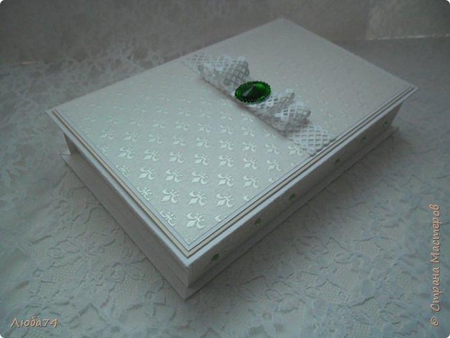 """Всем доброго вечера! У меня  очередная коробочка  свадебная """"Изумруд"""". Коробочка большая, многослойная. Выполнена из кардстока с тиснением """"Лен"""" пл. 280 гр., дизайнерской перламутровой  бумаги """"Лилия"""" с тиснением пл. 110 гр. Декорирована ажурной лентой, большой изумрудной стразой, вырубкой и большим количеством цветов ручной работы, моего производства. Размер коробочки 19,5 х 12 см, высота 3,5 см. фото 23"""