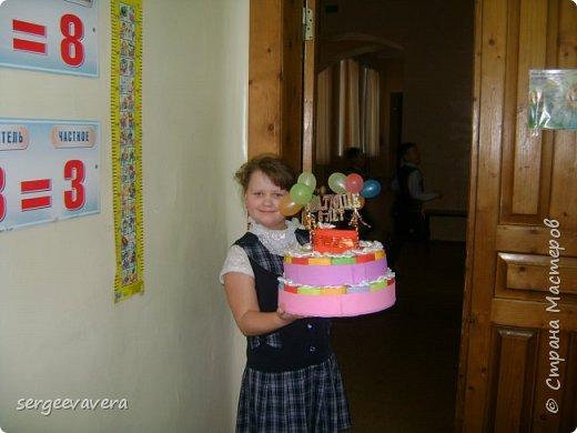 Всем жителям Страны Мастеров, добрый день. Недавно у младшей доченьки был день рождения и как водится в школу нужно было приготовить угощение. Хотелось чего-то необычного, так родился этот тортик на 33 человека фото 9