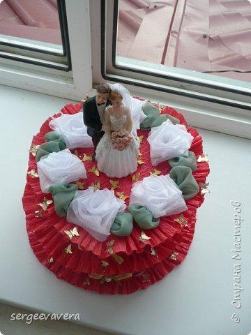 Добрый день, жители СМ. Представляю на ваш суд мои денежные тортики. Это лето выдалось богатым на свадьбы, делала аж целых три торта. Два со статуэтками, а один с бантом.  Это первый тортик. фото 7