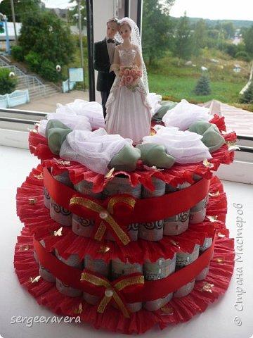 Добрый день, жители СМ. Представляю на ваш суд мои денежные тортики. Это лето выдалось богатым на свадьбы, делала аж целых три торта. Два со статуэтками, а один с бантом.  Это первый тортик. фото 9