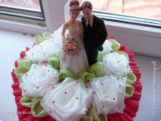 Добрый день, жители СМ. Представляю на ваш суд мои денежные тортики. Это лето выдалось богатым на свадьбы, делала аж целых три торта. Два со статуэтками, а один с бантом.  Это первый тортик. фото 2