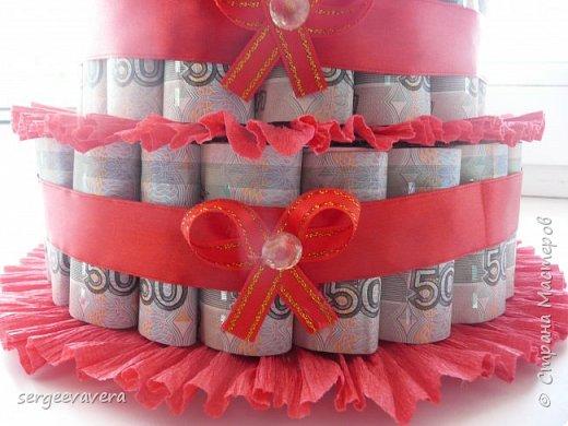 Добрый день, жители СМ. Представляю на ваш суд мои денежные тортики. Это лето выдалось богатым на свадьбы, делала аж целых три торта. Два со статуэтками, а один с бантом.  Это первый тортик. фото 3
