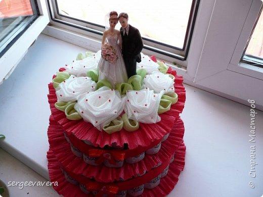 Добрый день, жители СМ. Представляю на ваш суд мои денежные тортики. Это лето выдалось богатым на свадьбы, делала аж целых три торта. Два со статуэтками, а один с бантом.  Это первый тортик. фото 5