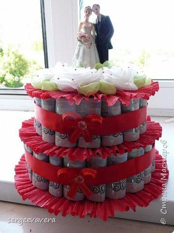 Добрый день, жители СМ. Представляю на ваш суд мои денежные тортики. Это лето выдалось богатым на свадьбы, делала аж целых три торта. Два со статуэтками, а один с бантом.  Это первый тортик. фото 1