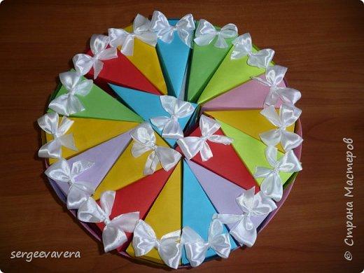 Всем жителям Страны Мастеров, добрый день. Недавно у младшей доченьки был день рождения и как водится в школу нужно было приготовить угощение. Хотелось чего-то необычного, так родился этот тортик на 33 человека фото 7