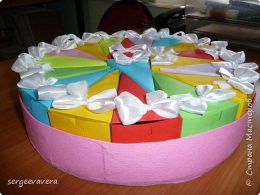 Всем жителям Страны Мастеров, добрый день. Недавно у младшей доченьки был день рождения и как водится в школу нужно было приготовить угощение. Хотелось чего-то необычного, так родился этот тортик на 33 человека фото 6