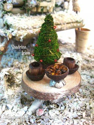Здравствуйте, дорогие жители Страны Мастеров!!!  Вот и родилась Зимне-Новогодняя избушечка! Новый год уже совсем близко, можно и ёлочку принарядить, что Ягуля с удовольствием и сделала) На стол накрыла, как всегда гостей ждёт! Крыша у избушки снимается и внутри можно самим её обустроить! Рядом с этой избушкой стоит колодец и столик с посудой (самовар, чайный сервиз, можно поставить ёлочку). У двери висит колокольчик, у самой избушки стоит конечно же ступа с метлой. Все грибочки-поганочки припорошило снежком) Зимняя композиция сделана полностью из природных материалов: ветки ивы, кора сосны, мох, береста) В самом конце вы можете посмотреть видео, где показаны более подробно детали всей композиции) фото 2