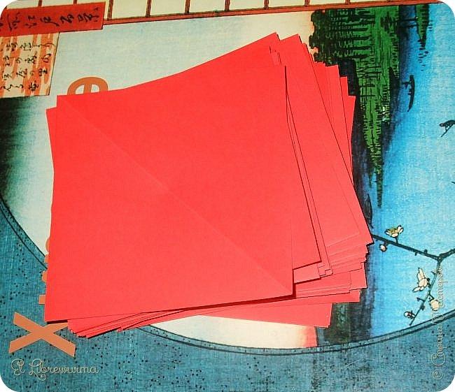 """Я немного пурист от оригами: модель должна быть сложена из квадратного, на худой конец, прямоугольного листа, ножницы и клей — табу. Соответственно, кусудамы клеевой сборки я презирала. Исключение было сделано лишь для этой и ещё одной модели, которые обе на клею, однако у них есть веское оправдание. Модель """"Цветочный шар"""" классическая, аутентичная и древняя настолько, что имя создателя потерялось во тьме веков, как и у другой кусудамы, которая так и называется — """"Классическая"""". Именно мысль, что сами древние японцы не гнушались использовать клей, и примирила меня с его использованием))) фото 3"""
