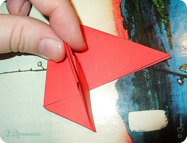 """Я немного пурист от оригами: модель должна быть сложена из квадратного, на худой конец, прямоугольного листа, ножницы и клей — табу. Соответственно, кусудамы клеевой сборки я презирала. Исключение было сделано лишь для этой и ещё одной модели, которые обе на клею, однако у них есть веское оправдание. Модель """"Цветочный шар"""" классическая, аутентичная и древняя настолько, что имя создателя потерялось во тьме веков, как и у другой кусудамы, которая так и называется — """"Классическая"""". Именно мысль, что сами древние японцы не гнушались использовать клей, и примирила меня с его использованием))) фото 10"""