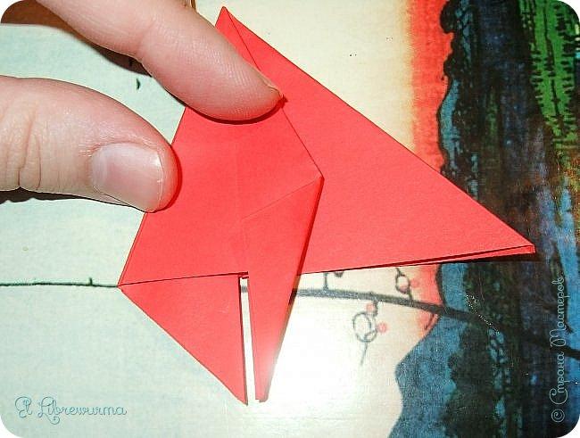"""Я немного пурист от оригами: модель должна быть сложена из квадратного, на худой конец, прямоугольного листа, ножницы и клей — табу. Соответственно, кусудамы клеевой сборки я презирала. Исключение было сделано лишь для этой и ещё одной модели, которые обе на клею, однако у них есть веское оправдание. Модель """"Цветочный шар"""" классическая, аутентичная и древняя настолько, что имя создателя потерялось во тьме веков, как и у другой кусудамы, которая так и называется — """"Классическая"""". Именно мысль, что сами древние японцы не гнушались использовать клей, и примирила меня с его использованием))) фото 11"""