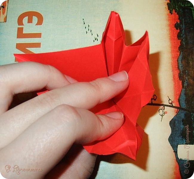 """Я немного пурист от оригами: модель должна быть сложена из квадратного, на худой конец, прямоугольного листа, ножницы и клей — табу. Соответственно, кусудамы клеевой сборки я презирала. Исключение было сделано лишь для этой и ещё одной модели, которые обе на клею, однако у них есть веское оправдание. Модель """"Цветочный шар"""" классическая, аутентичная и древняя настолько, что имя создателя потерялось во тьме веков, как и у другой кусудамы, которая так и называется — """"Классическая"""". Именно мысль, что сами древние японцы не гнушались использовать клей, и примирила меня с его использованием))) фото 14"""