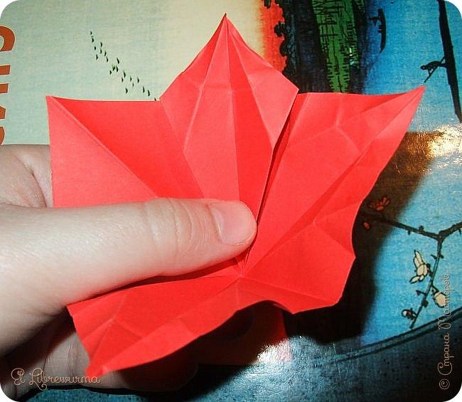"""Я немного пурист от оригами: модель должна быть сложена из квадратного, на худой конец, прямоугольного листа, ножницы и клей — табу. Соответственно, кусудамы клеевой сборки я презирала. Исключение было сделано лишь для этой и ещё одной модели, которые обе на клею, однако у них есть веское оправдание. Модель """"Цветочный шар"""" классическая, аутентичная и древняя настолько, что имя создателя потерялось во тьме веков, как и у другой кусудамы, которая так и называется — """"Классическая"""". Именно мысль, что сами древние японцы не гнушались использовать клей, и примирила меня с его использованием))) фото 17"""