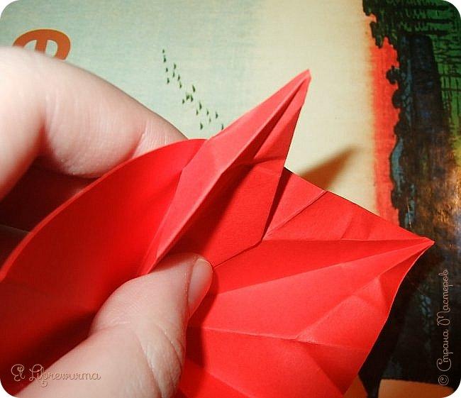 """Я немного пурист от оригами: модель должна быть сложена из квадратного, на худой конец, прямоугольного листа, ножницы и клей — табу. Соответственно, кусудамы клеевой сборки я презирала. Исключение было сделано лишь для этой и ещё одной модели, которые обе на клею, однако у них есть веское оправдание. Модель """"Цветочный шар"""" классическая, аутентичная и древняя настолько, что имя создателя потерялось во тьме веков, как и у другой кусудамы, которая так и называется — """"Классическая"""". Именно мысль, что сами древние японцы не гнушались использовать клей, и примирила меня с его использованием))) фото 18"""