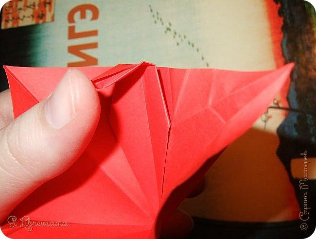 """Я немного пурист от оригами: модель должна быть сложена из квадратного, на худой конец, прямоугольного листа, ножницы и клей — табу. Соответственно, кусудамы клеевой сборки я презирала. Исключение было сделано лишь для этой и ещё одной модели, которые обе на клею, однако у них есть веское оправдание. Модель """"Цветочный шар"""" классическая, аутентичная и древняя настолько, что имя создателя потерялось во тьме веков, как и у другой кусудамы, которая так и называется — """"Классическая"""". Именно мысль, что сами древние японцы не гнушались использовать клей, и примирила меня с его использованием))) фото 19"""