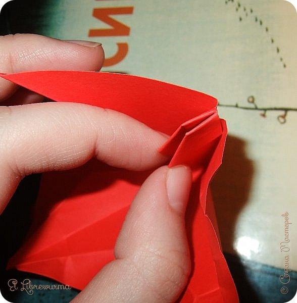 """Я немного пурист от оригами: модель должна быть сложена из квадратного, на худой конец, прямоугольного листа, ножницы и клей — табу. Соответственно, кусудамы клеевой сборки я презирала. Исключение было сделано лишь для этой и ещё одной модели, которые обе на клею, однако у них есть веское оправдание. Модель """"Цветочный шар"""" классическая, аутентичная и древняя настолько, что имя создателя потерялось во тьме веков, как и у другой кусудамы, которая так и называется — """"Классическая"""". Именно мысль, что сами древние японцы не гнушались использовать клей, и примирила меня с его использованием))) фото 20"""