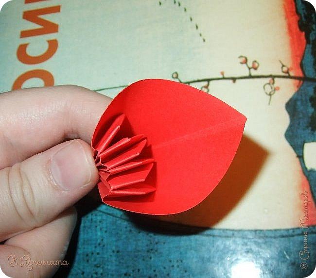 """Я немного пурист от оригами: модель должна быть сложена из квадратного, на худой конец, прямоугольного листа, ножницы и клей — табу. Соответственно, кусудамы клеевой сборки я презирала. Исключение было сделано лишь для этой и ещё одной модели, которые обе на клею, однако у них есть веское оправдание. Модель """"Цветочный шар"""" классическая, аутентичная и древняя настолько, что имя создателя потерялось во тьме веков, как и у другой кусудамы, которая так и называется — """"Классическая"""". Именно мысль, что сами древние японцы не гнушались использовать клей, и примирила меня с его использованием))) фото 21"""