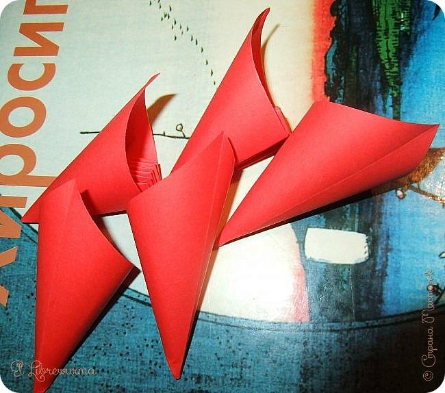 """Я немного пурист от оригами: модель должна быть сложена из квадратного, на худой конец, прямоугольного листа, ножницы и клей — табу. Соответственно, кусудамы клеевой сборки я презирала. Исключение было сделано лишь для этой и ещё одной модели, которые обе на клею, однако у них есть веское оправдание. Модель """"Цветочный шар"""" классическая, аутентичная и древняя настолько, что имя создателя потерялось во тьме веков, как и у другой кусудамы, которая так и называется — """"Классическая"""". Именно мысль, что сами древние японцы не гнушались использовать клей, и примирила меня с его использованием))) фото 22"""
