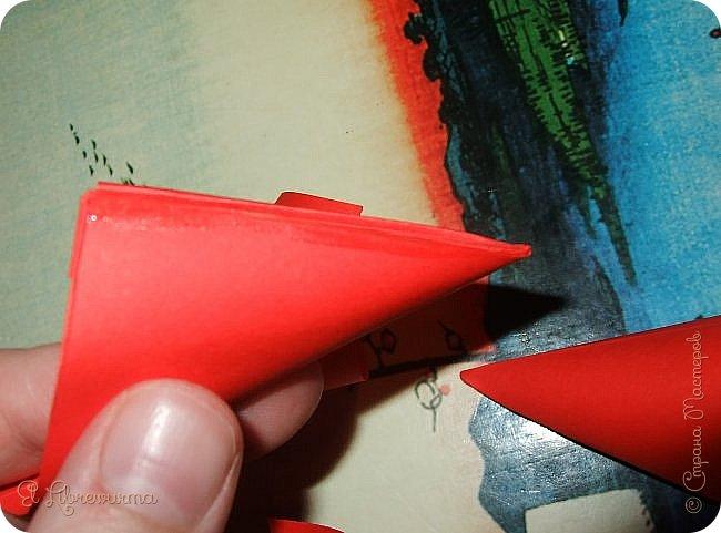 """Я немного пурист от оригами: модель должна быть сложена из квадратного, на худой конец, прямоугольного листа, ножницы и клей — табу. Соответственно, кусудамы клеевой сборки я презирала. Исключение было сделано лишь для этой и ещё одной модели, которые обе на клею, однако у них есть веское оправдание. Модель """"Цветочный шар"""" классическая, аутентичная и древняя настолько, что имя создателя потерялось во тьме веков, как и у другой кусудамы, которая так и называется — """"Классическая"""". Именно мысль, что сами древние японцы не гнушались использовать клей, и примирила меня с его использованием))) фото 23"""