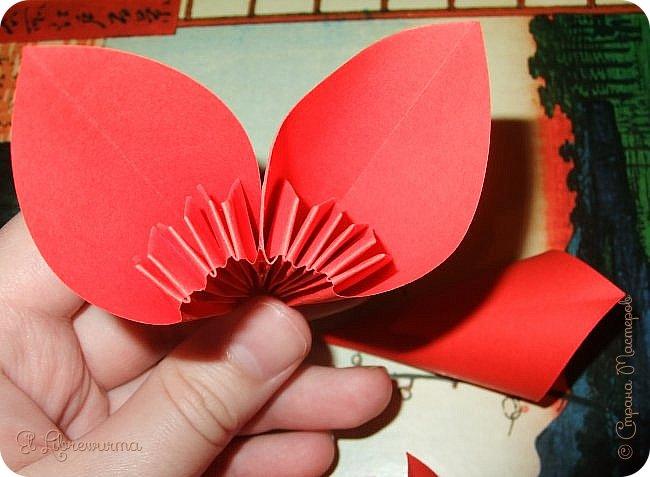 """Я немного пурист от оригами: модель должна быть сложена из квадратного, на худой конец, прямоугольного листа, ножницы и клей — табу. Соответственно, кусудамы клеевой сборки я презирала. Исключение было сделано лишь для этой и ещё одной модели, которые обе на клею, однако у них есть веское оправдание. Модель """"Цветочный шар"""" классическая, аутентичная и древняя настолько, что имя создателя потерялось во тьме веков, как и у другой кусудамы, которая так и называется — """"Классическая"""". Именно мысль, что сами древние японцы не гнушались использовать клей, и примирила меня с его использованием))) фото 24"""