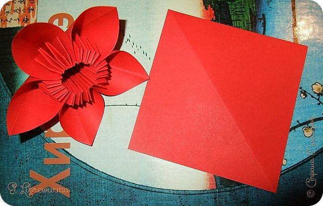 """Я немного пурист от оригами: модель должна быть сложена из квадратного, на худой конец, прямоугольного листа, ножницы и клей — табу. Соответственно, кусудамы клеевой сборки я презирала. Исключение было сделано лишь для этой и ещё одной модели, которые обе на клею, однако у них есть веское оправдание. Модель """"Цветочный шар"""" классическая, аутентичная и древняя настолько, что имя создателя потерялось во тьме веков, как и у другой кусудамы, которая так и называется — """"Классическая"""". Именно мысль, что сами древние японцы не гнушались использовать клей, и примирила меня с его использованием))) фото 25"""