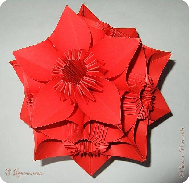 """Я немного пурист от оригами: модель должна быть сложена из квадратного, на худой конец, прямоугольного листа, ножницы и клей — табу. Соответственно, кусудамы клеевой сборки я презирала. Исключение было сделано лишь для этой и ещё одной модели, которые обе на клею, однако у них есть веское оправдание. Модель """"Цветочный шар"""" классическая, аутентичная и древняя настолько, что имя создателя потерялось во тьме веков, как и у другой кусудамы, которая так и называется — """"Классическая"""". Именно мысль, что сами древние японцы не гнушались использовать клей, и примирила меня с его использованием))) фото 1"""
