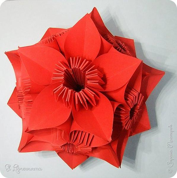 """Я немного пурист от оригами: модель должна быть сложена из квадратного, на худой конец, прямоугольного листа, ножницы и клей — табу. Соответственно, кусудамы клеевой сборки я презирала. Исключение было сделано лишь для этой и ещё одной модели, которые обе на клею, однако у них есть веское оправдание. Модель """"Цветочный шар"""" классическая, аутентичная и древняя настолько, что имя создателя потерялось во тьме веков, как и у другой кусудамы, которая так и называется — """"Классическая"""". Именно мысль, что сами древние японцы не гнушались использовать клей, и примирила меня с его использованием))) фото 28"""