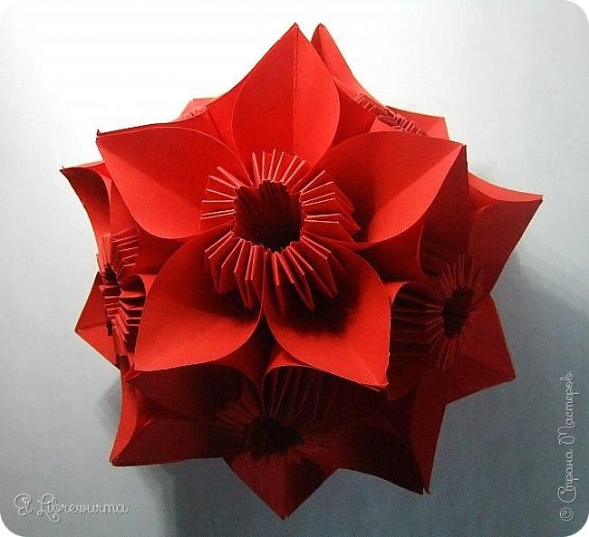 """Я немного пурист от оригами: модель должна быть сложена из квадратного, на худой конец, прямоугольного листа, ножницы и клей — табу. Соответственно, кусудамы клеевой сборки я презирала. Исключение было сделано лишь для этой и ещё одной модели, которые обе на клею, однако у них есть веское оправдание. Модель """"Цветочный шар"""" классическая, аутентичная и древняя настолько, что имя создателя потерялось во тьме веков, как и у другой кусудамы, которая так и называется — """"Классическая"""". Именно мысль, что сами древние японцы не гнушались использовать клей, и примирила меня с его использованием))) фото 2"""