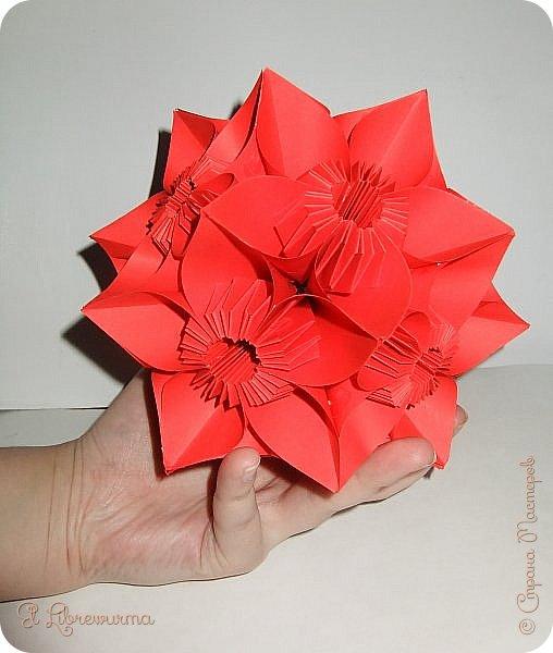 """Я немного пурист от оригами: модель должна быть сложена из квадратного, на худой конец, прямоугольного листа, ножницы и клей — табу. Соответственно, кусудамы клеевой сборки я презирала. Исключение было сделано лишь для этой и ещё одной модели, которые обе на клею, однако у них есть веское оправдание. Модель """"Цветочный шар"""" классическая, аутентичная и древняя настолько, что имя создателя потерялось во тьме веков, как и у другой кусудамы, которая так и называется — """"Классическая"""". Именно мысль, что сами древние японцы не гнушались использовать клей, и примирила меня с его использованием))) фото 26"""