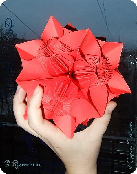 """Я немного пурист от оригами: модель должна быть сложена из квадратного, на худой конец, прямоугольного листа, ножницы и клей — табу. Соответственно, кусудамы клеевой сборки я презирала. Исключение было сделано лишь для этой и ещё одной модели, которые обе на клею, однако у них есть веское оправдание. Модель """"Цветочный шар"""" классическая, аутентичная и древняя настолько, что имя создателя потерялось во тьме веков, как и у другой кусудамы, которая так и называется — """"Классическая"""". Именно мысль, что сами древние японцы не гнушались использовать клей, и примирила меня с его использованием))) фото 27"""