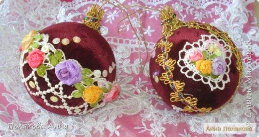 Пара новогодних шариков и сердечко. Вот такой комплект новогодних украшений закончила на днях. Панбархат, шелковые ленты, блестки, бисер, тесьма. Диаметр шариков 8см, основа пенопласт. фото 5