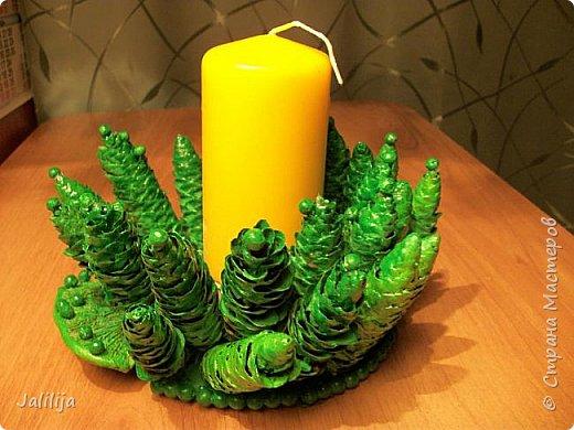 Уважаемые мастера, может кому-нибудь пригодится вот эта идея новогоднего подсвечника. Она из шишек и грибов -.тутовиков. фото 2