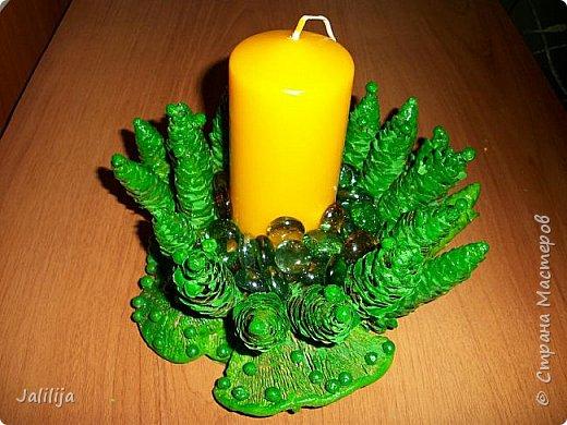 Уважаемые мастера, может кому-нибудь пригодится вот эта идея новогоднего подсвечника. Она из шишек и грибов -.тутовиков. фото 3
